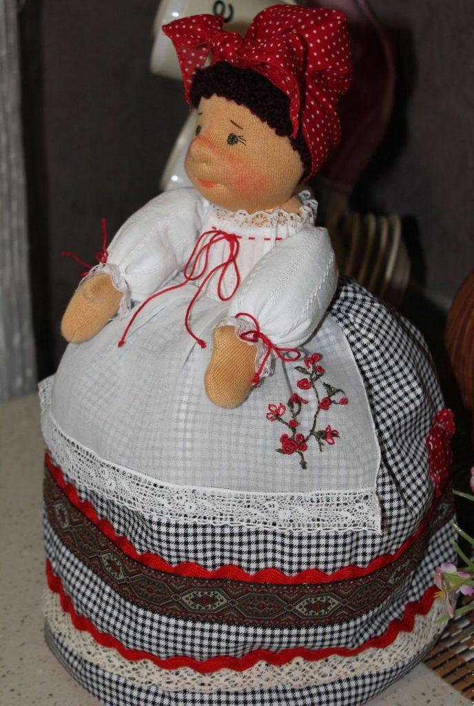 Вязаная кукла грелка на чайник своими руками 73