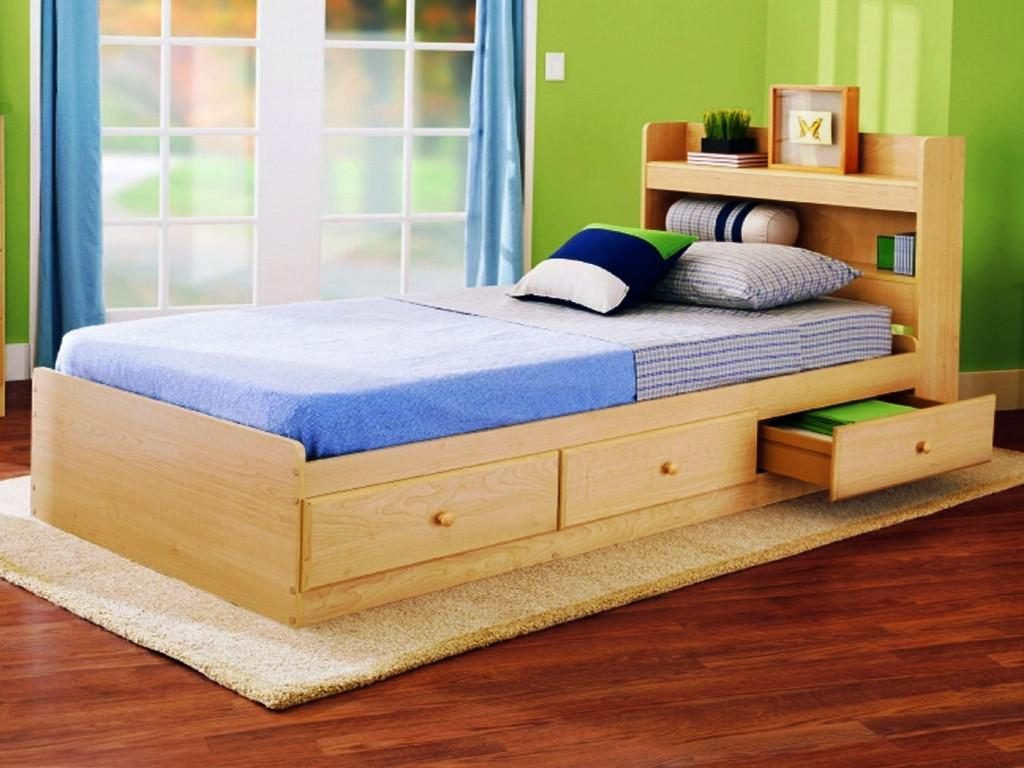 Кровать с полками внизу