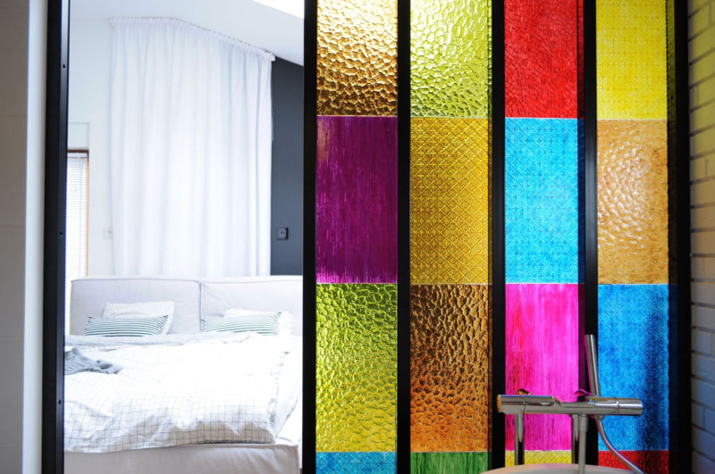 partition-in-colored-plastic-panels-diy-idea