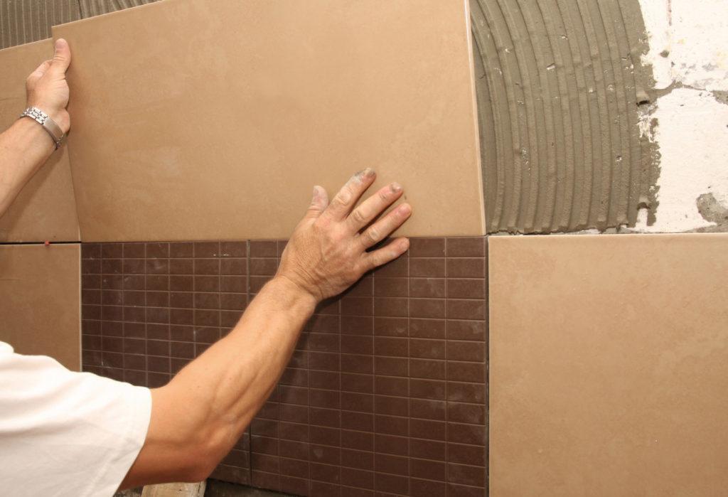Укладка большой плитки на стену своими руками 24