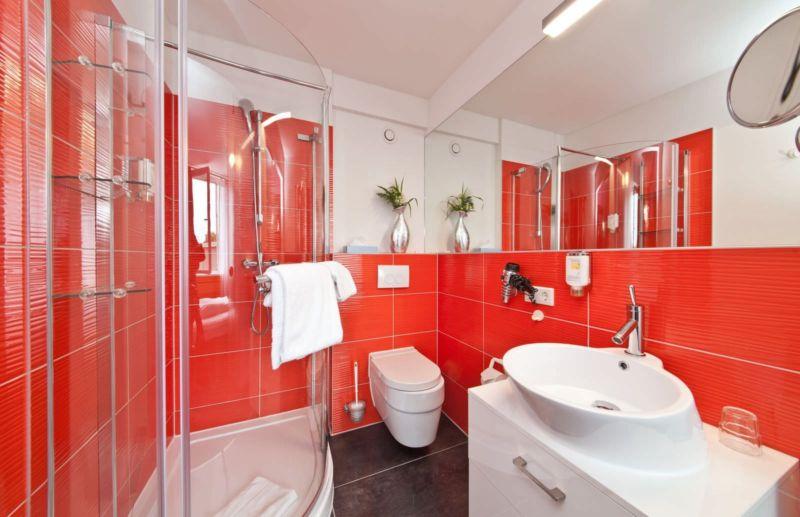 Red_bathroom_2017