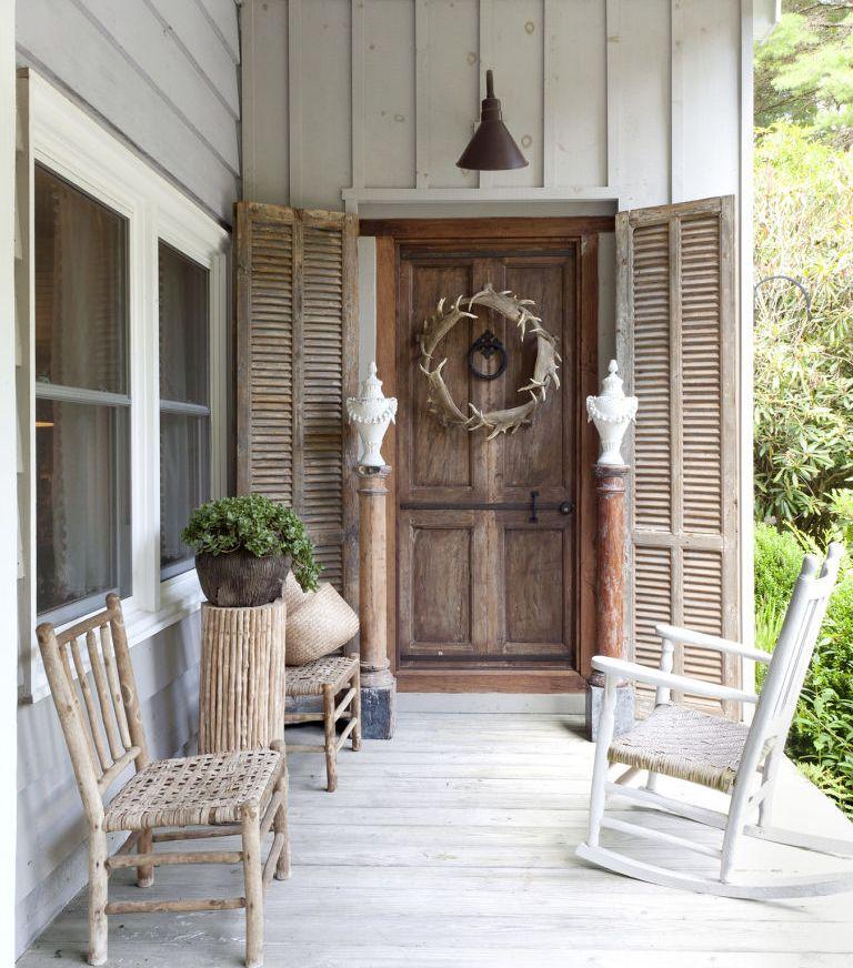 stil-kantri-v-chastnom-dome-foto-veranda-kreslo-kachalka