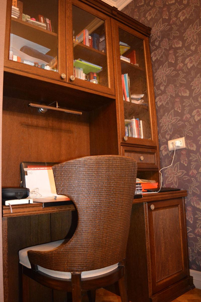 stol-s-nadstrojkoj-v-kabinet-2
