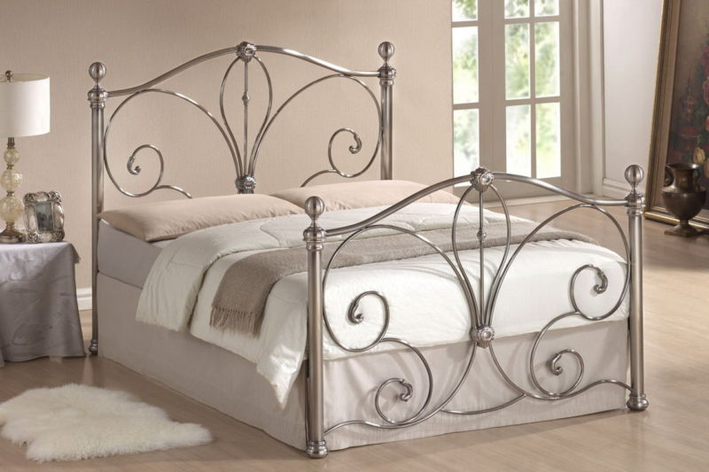 wrought-iron-beds-in-the-interior-02