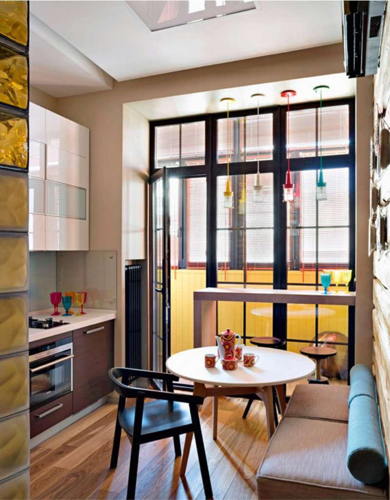 Кухня с окном - фото стильного дизайна кухни с окном.