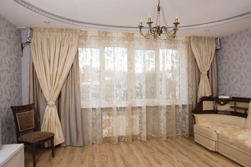 Шторы в интерьере бежевой спальни