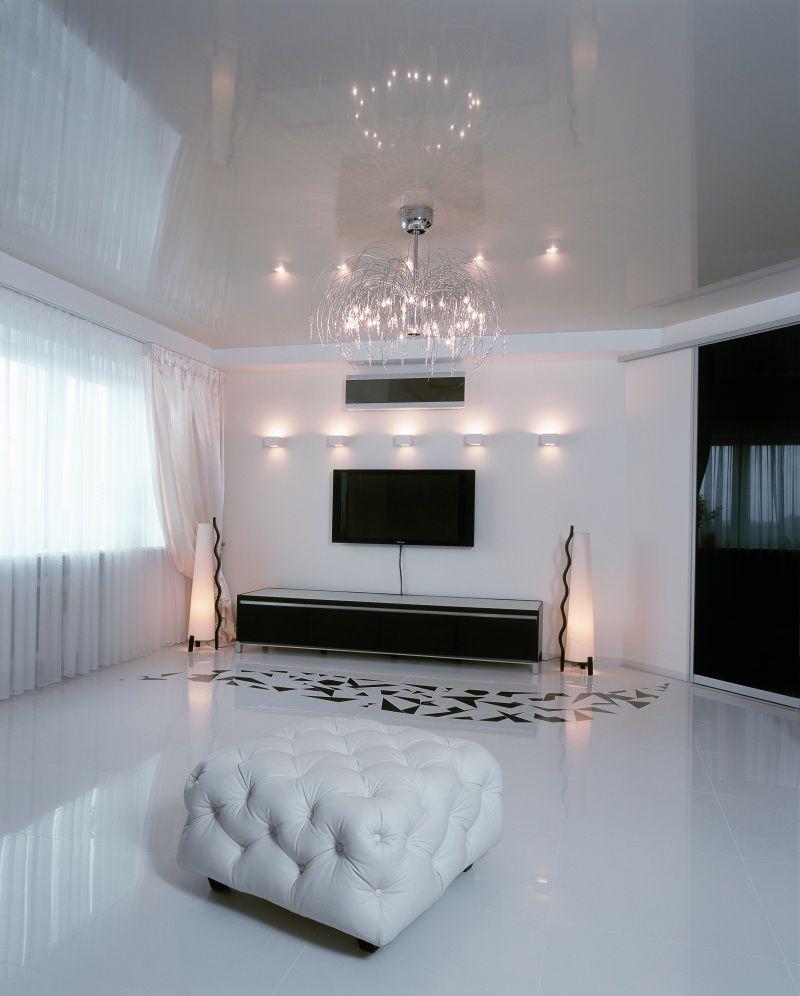 foto-1-belyj-gljancevyj-natjazhnoj-potolok-prekrasno-dopolnjaet-modernovyj-interer-gostinoj