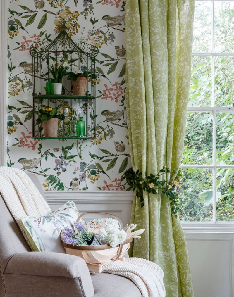 green-country-living-room-with-floral-wallpaper_0
