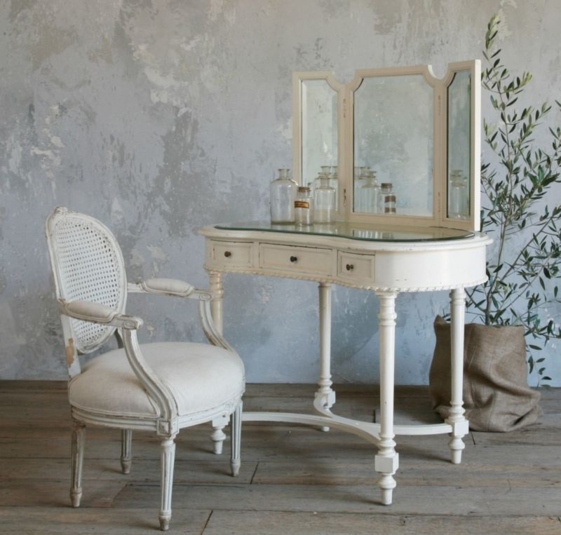 furniture-bedroom-vintage-white-glaze-oak-wood-vanity-table-for-bedroom-with-mirror-and-three-drawers-plus-x-stretcher-plus-round-reeded-based-legs-antique-bedroom-vanity-with-mirror-1138x1086