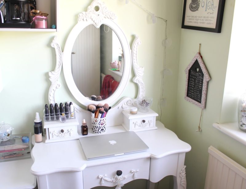 furniture-white-glaze-oak-wood-vanity-make-up-table-with-carved-wooden-mirror-and-side-drawers-in-white-painted-bedroom-wall-white-mirror-desk