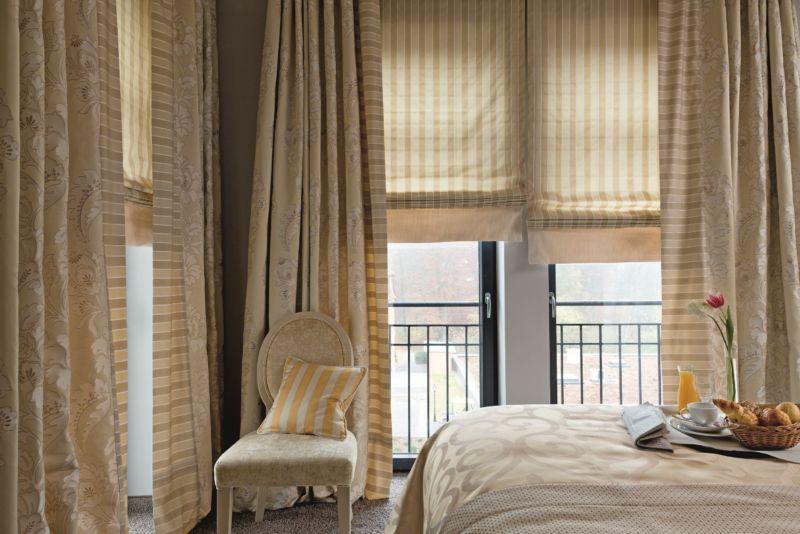 интерьер спальни с обоями двух видов в бежевых тонах