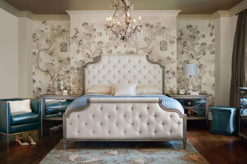 современная спальня с бежевыми обоями и выделенной стеной