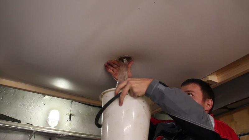 заклеить дырку на натяжном потолке