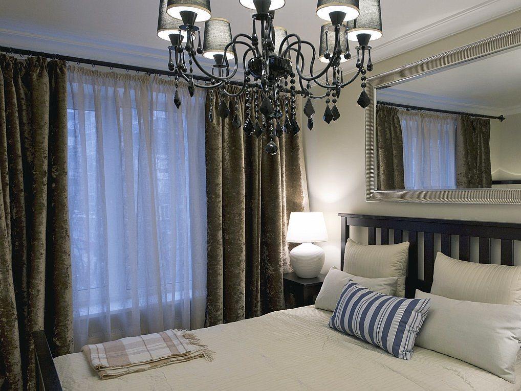 спальня в классическом стиле с коричневой мебелью