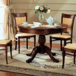 стулья и стол для гостиной